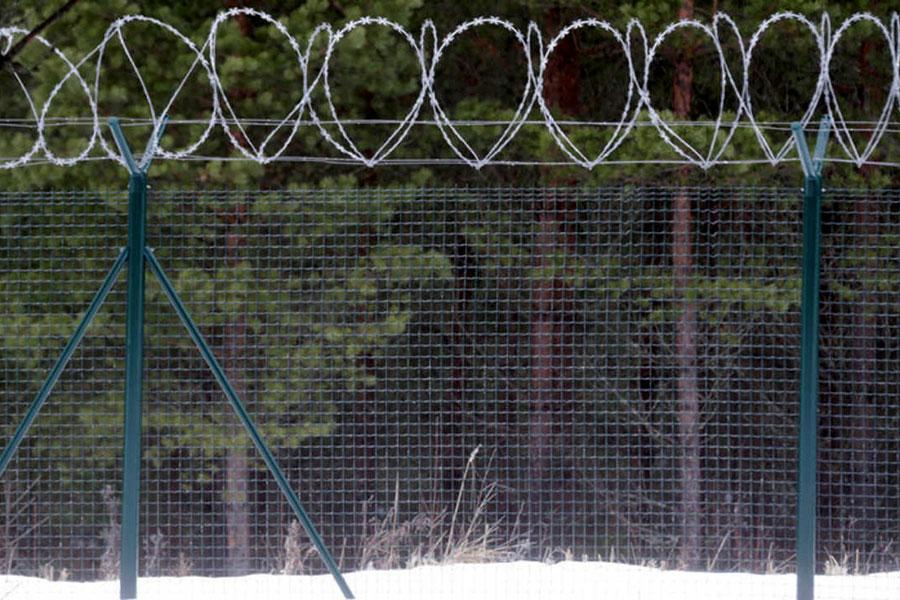 Колючий дріт на паркані