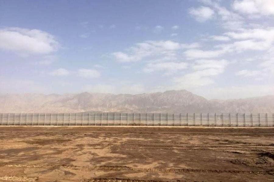 Забор с колючей проволокой на границе Израиля с Иорданией