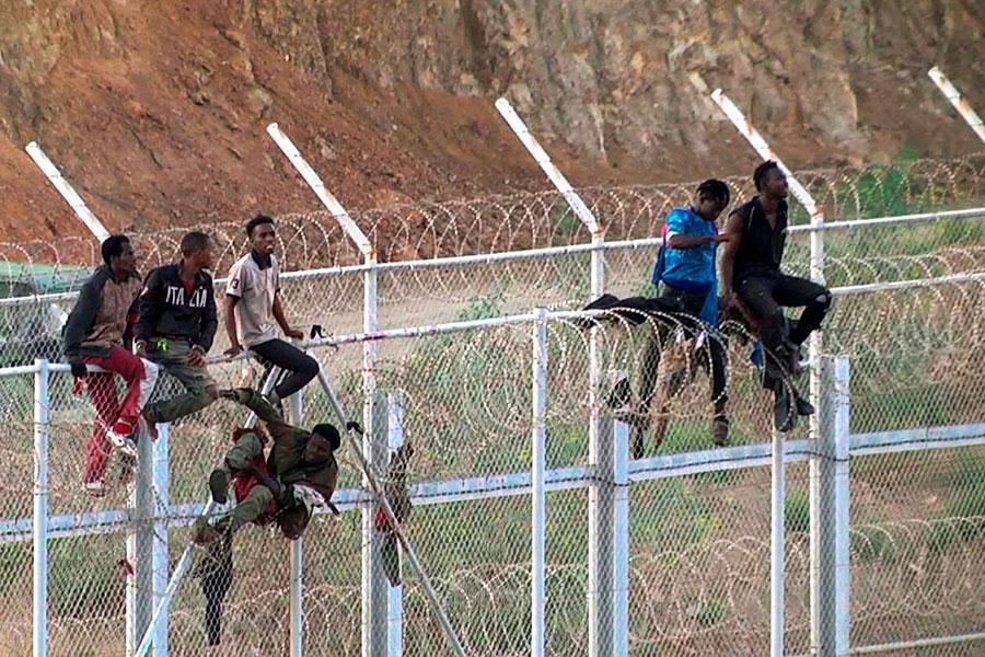 Забор с колючей проволокой в Сеуто