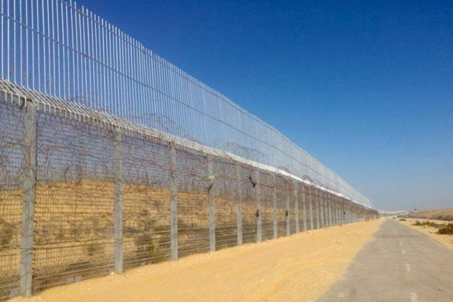 Забор с колючей проволокой на границе Израиля с Египтом
