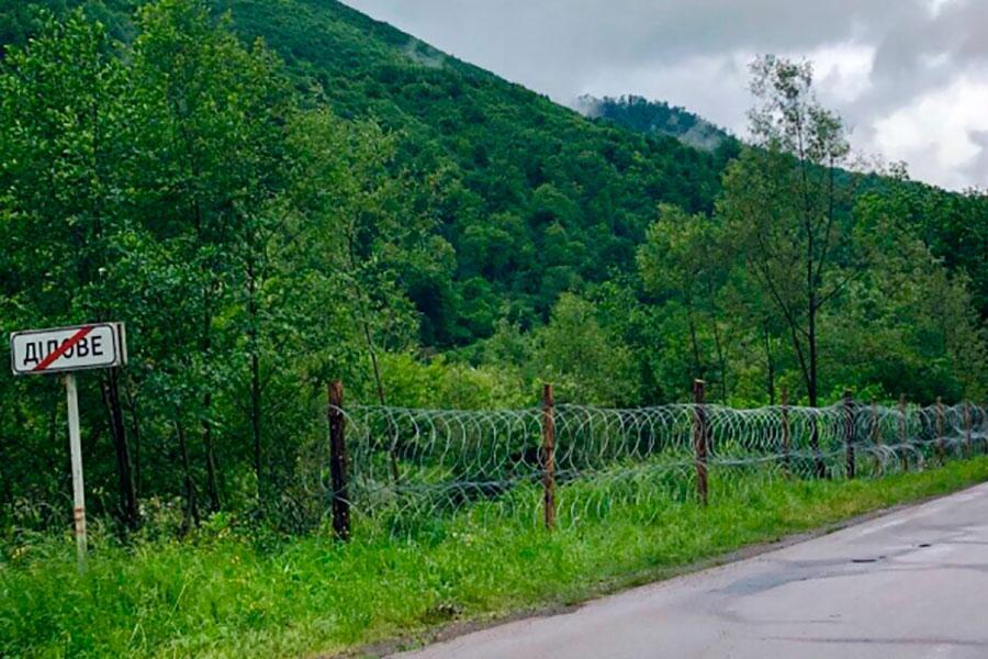 Забор из колючей проволоки в Деловом на Закарпатье