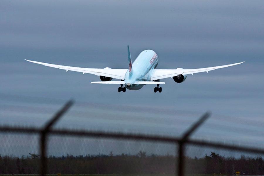 Аеропорт, літак та колючий дріт