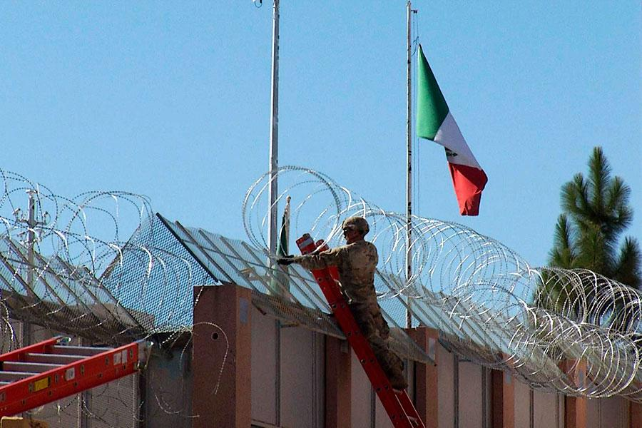 Монтаж спирального заграждения из колючей проволоки на границе с Мексикой