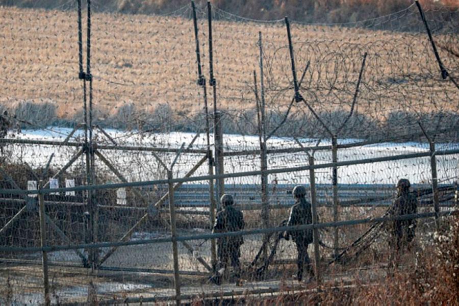 Солдат бежал из Северной Кореи через границу с колючей проволокой