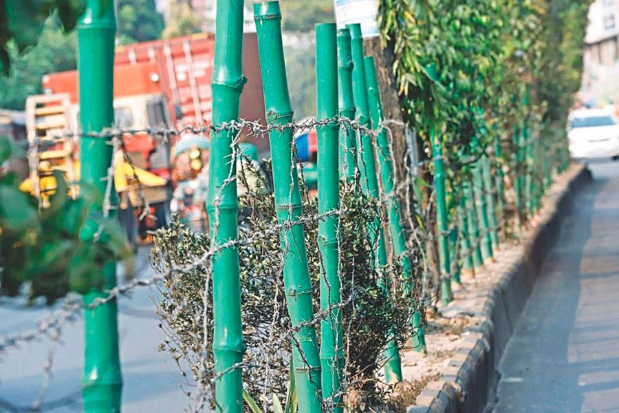Забор из бамбука и колючей проволоки в Бангладеш