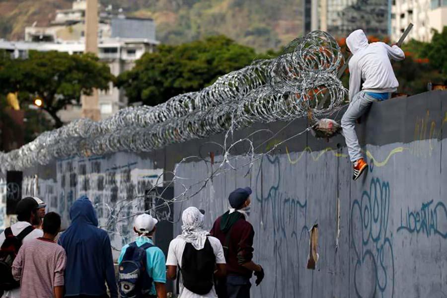 Колючая проволока на бетонном заборе в Венесуэле