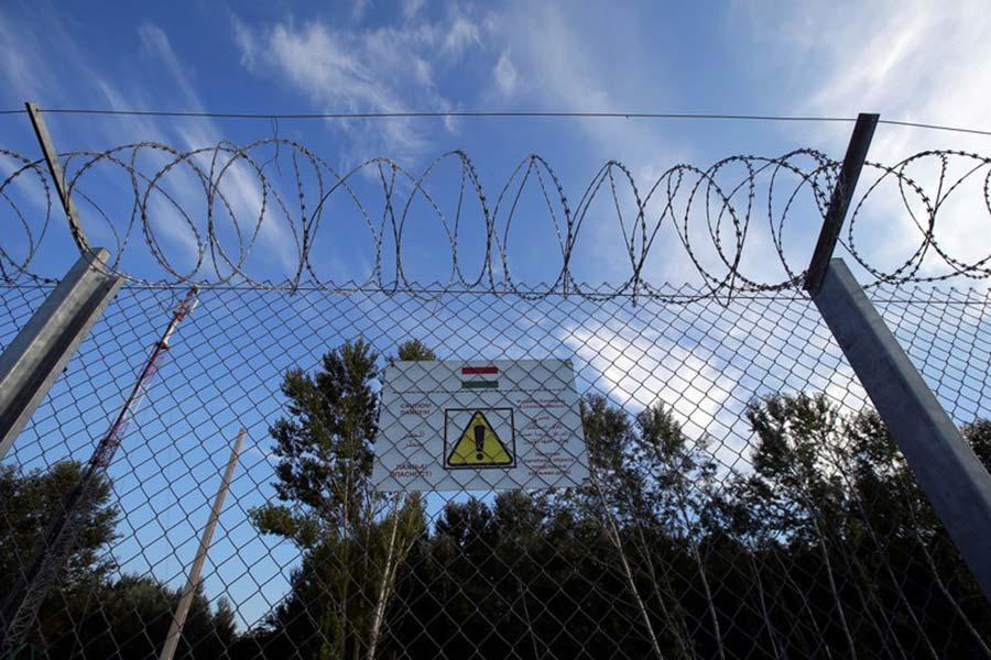 Забор с колючей проволокой на границе Венгии с Сербией