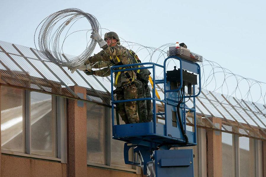 Установка спиральных заграждений из колючей проволоки военными