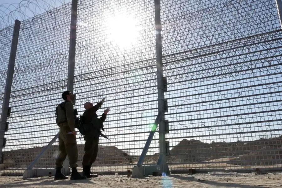 Колючий дріт і розумний паркан в Ізраїлі на кордоні з сектором Газа