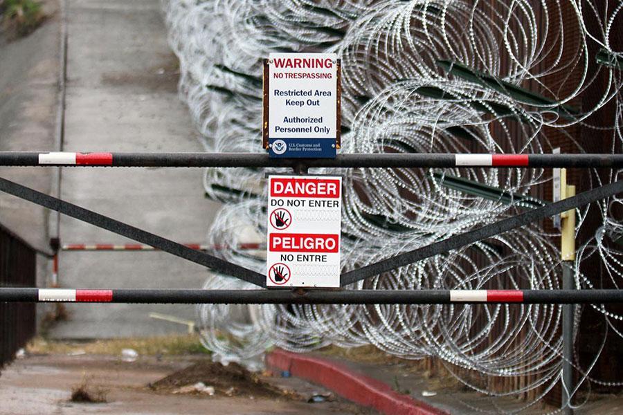 Нові загородження з колючого дроту на паркані в Ногалесі