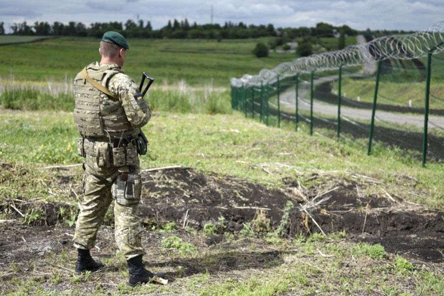 Забор с колючей проволокой на границе с Россией