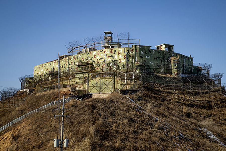 Пост охраны и колючая проволока на стороне Южной Кореи