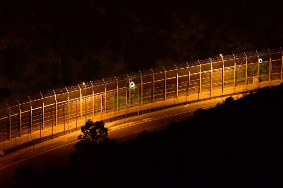 Колючая проволока и двойной забор на границе Испании и Марокко