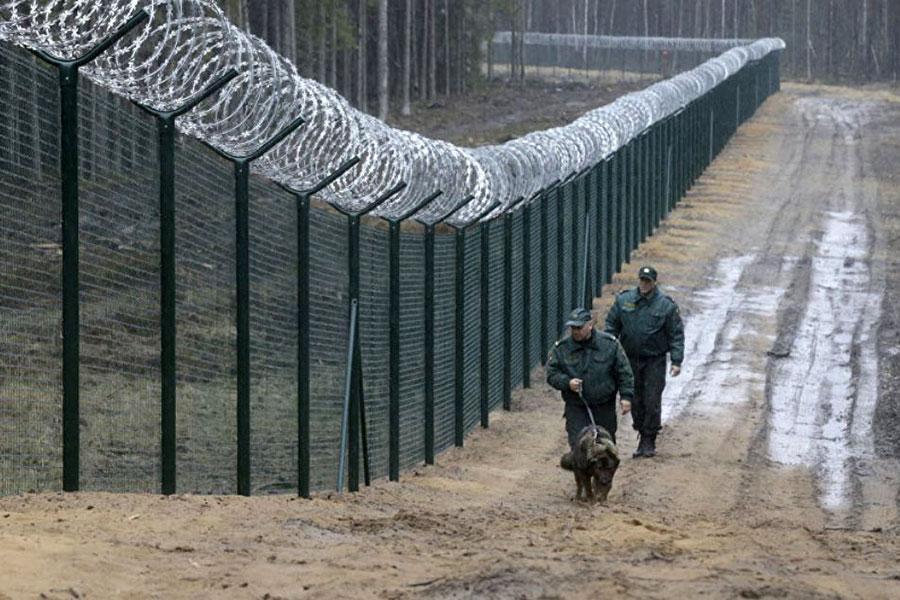 Паркан і колючий дріт на кордоні Латвії і Росії