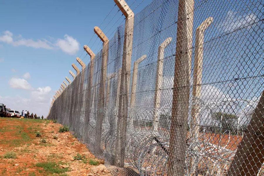 Колючая проволока и забор на границе Кении и Сомали