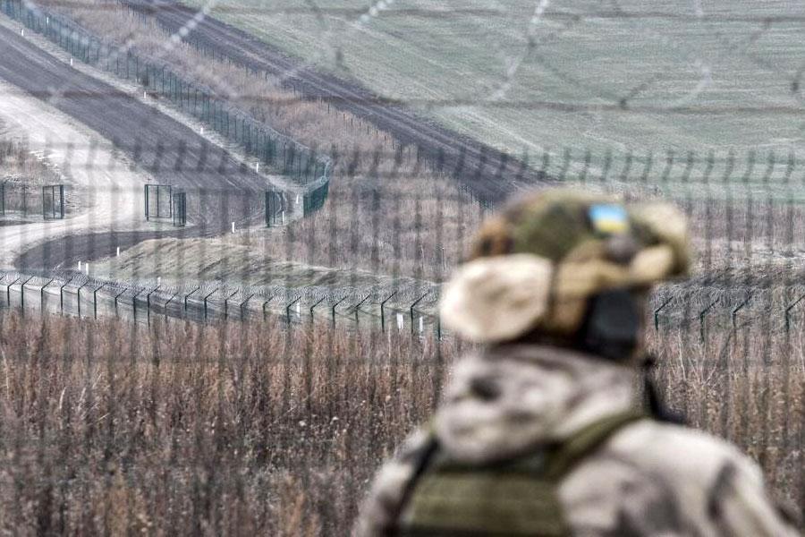 Забор и колючая проволока на границе Украины с Россией
