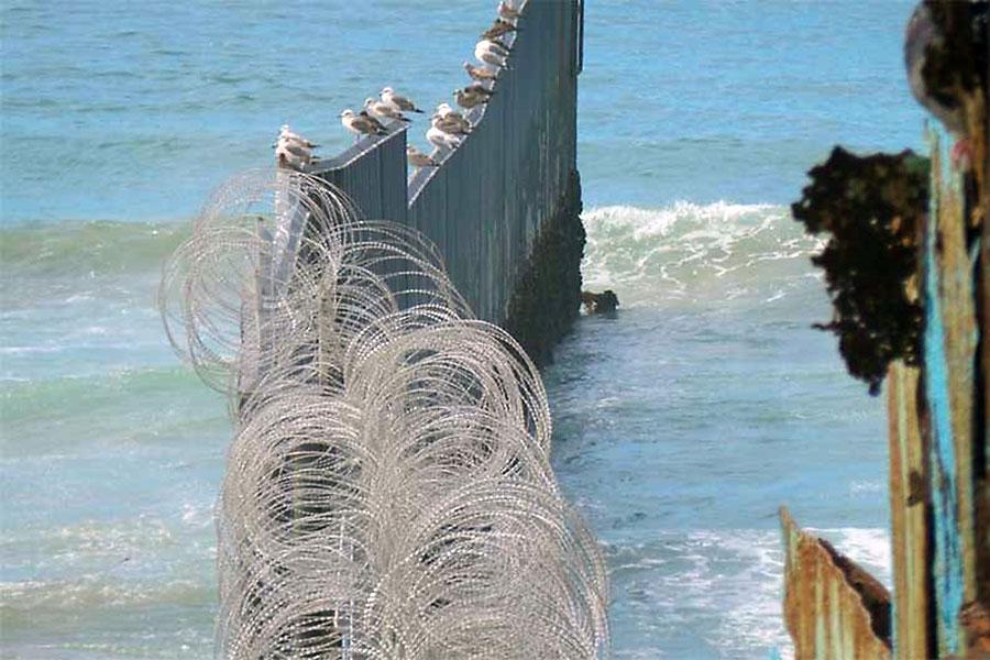 Колючая проволока на границе с Мексикой украдена