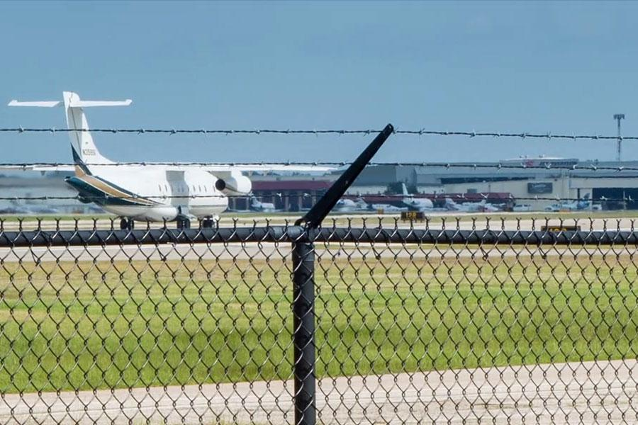 Аэропорт, колючая проволока, забор и самолет