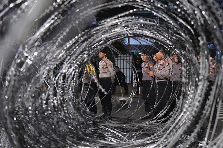 Спіральне загородження з колючого дроту, Індонезія
