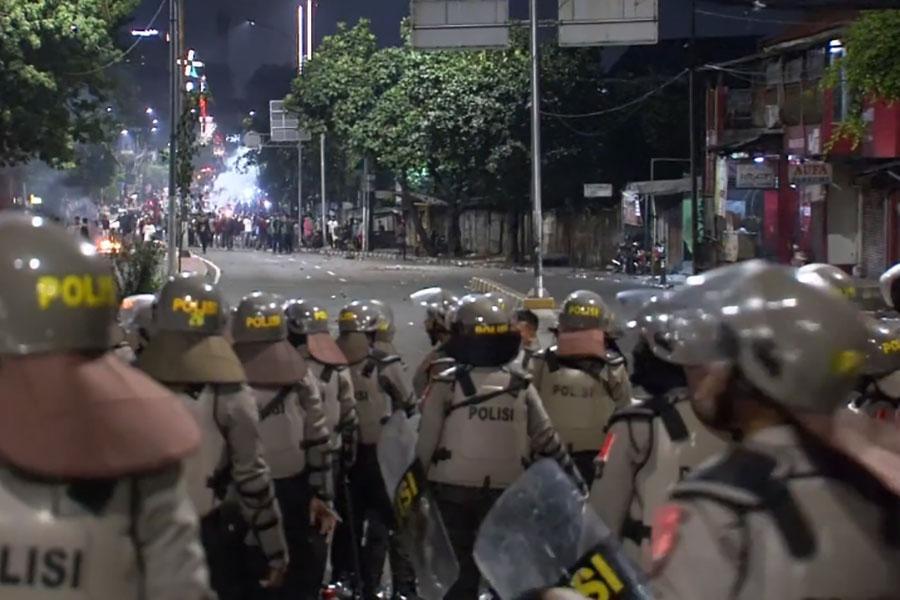 Полиция и колючая проволока против демонстрантов в Индонезии