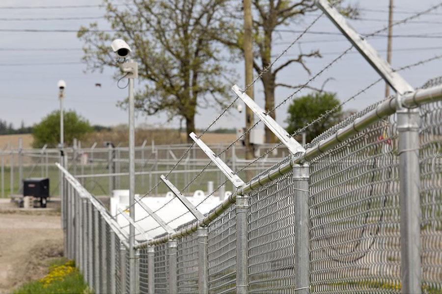 Забор и колючая проволока на плантации каннабиса в Онтарио