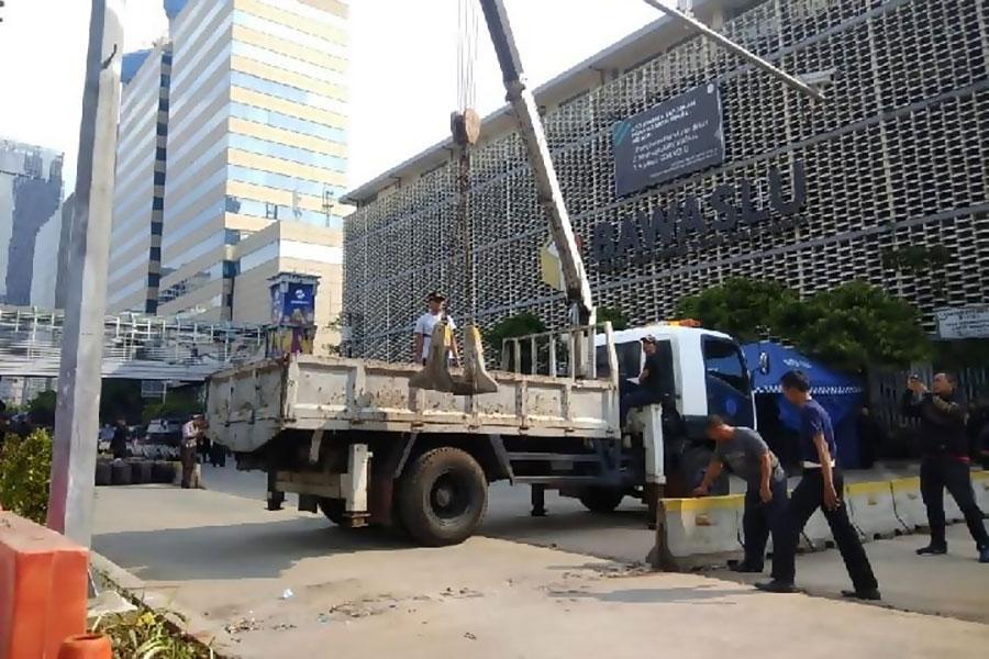 Колючая проволока и бетонные блоки убираются с улиц Джакарты