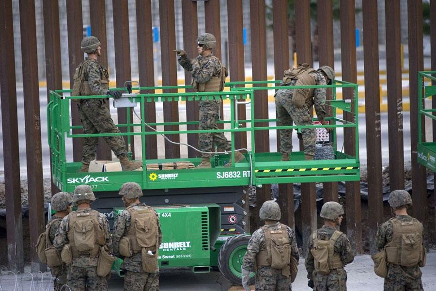 Паркан на кордоні з Мексикою, військові і колючий дріт