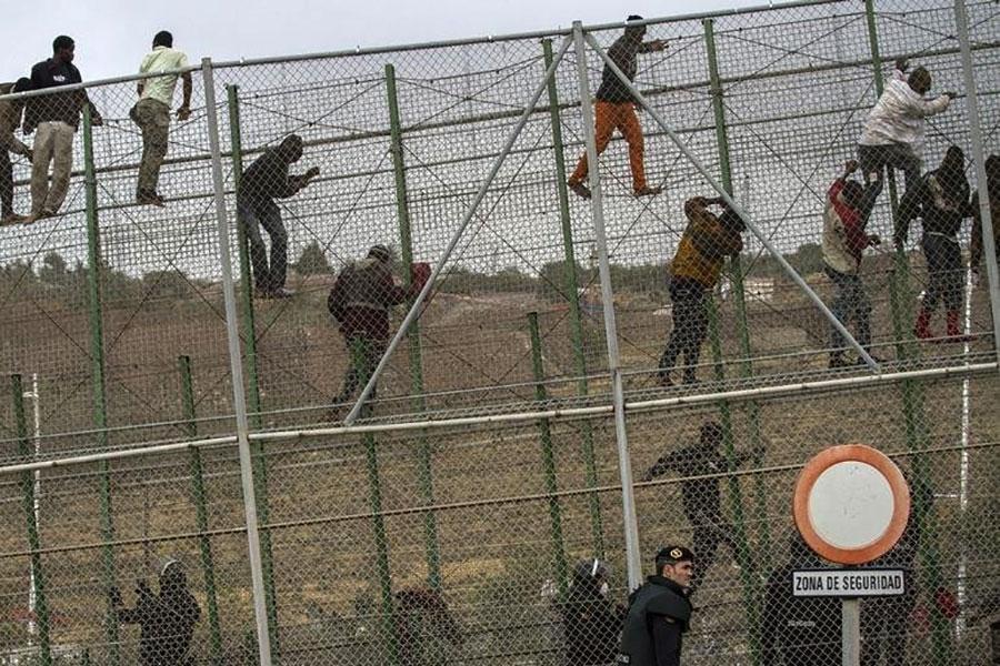 Забор и колючая проволока в Мелилье