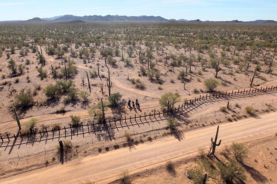 Забір проти автомобілів в Арізоні на кордоні з Мексикою