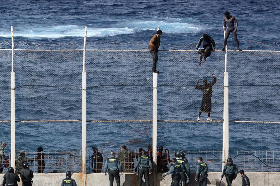Колючая проволока на заборе в Испании