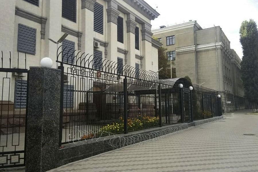 Колючая проволока снимается с забора посольства России в Киеве