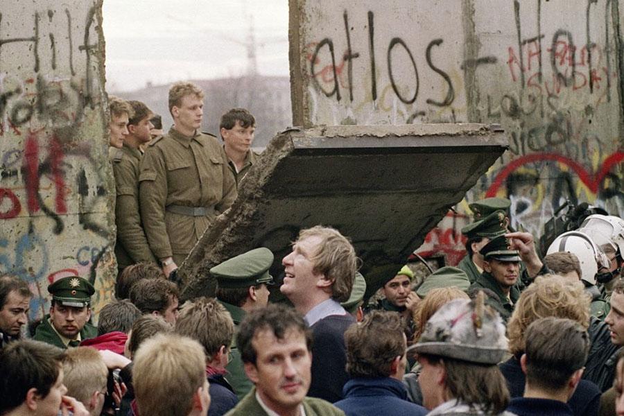 Берлинская стена  – колючая проволока и бетонные плиты
