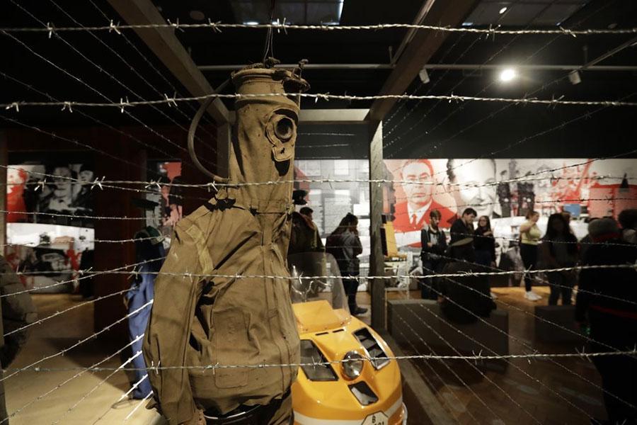 Колючая проволока и другие экспонаты выставки в Праге