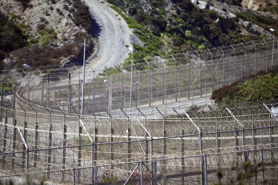 Колючая проволока на границе Испании и Марокко