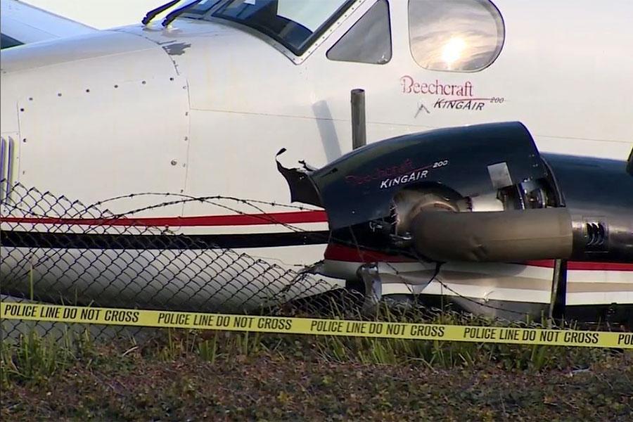 Зруйнований паркан з колючим дротом в аеропорту