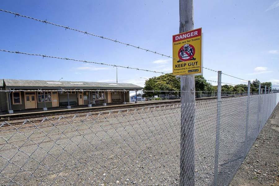 Забор и колючая проволока на железной дороге