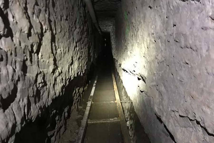 Тунель під колючим дротом в Мексиці