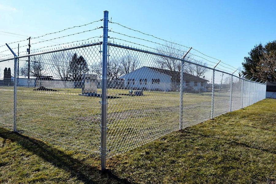 Колючая проволока и металлический забор