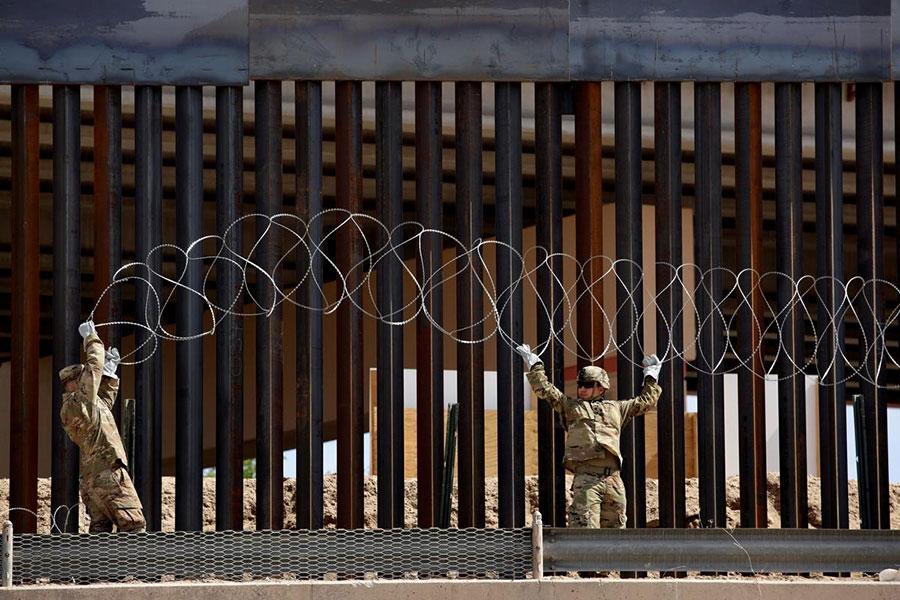 Колючий дріт і паркан на мексиканському кордоні