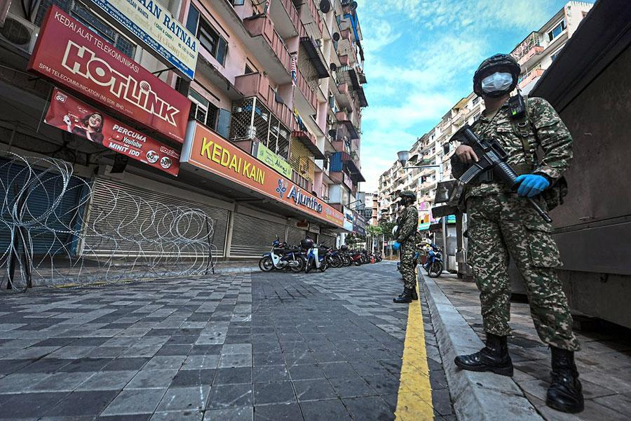 Колючая проволока и вооруженные военные в Малайзии