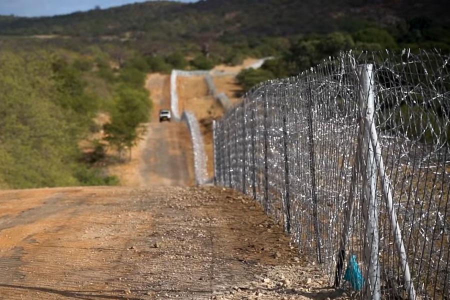 Забор из колючей проволоки на границе Южной Африки и Зимбабве