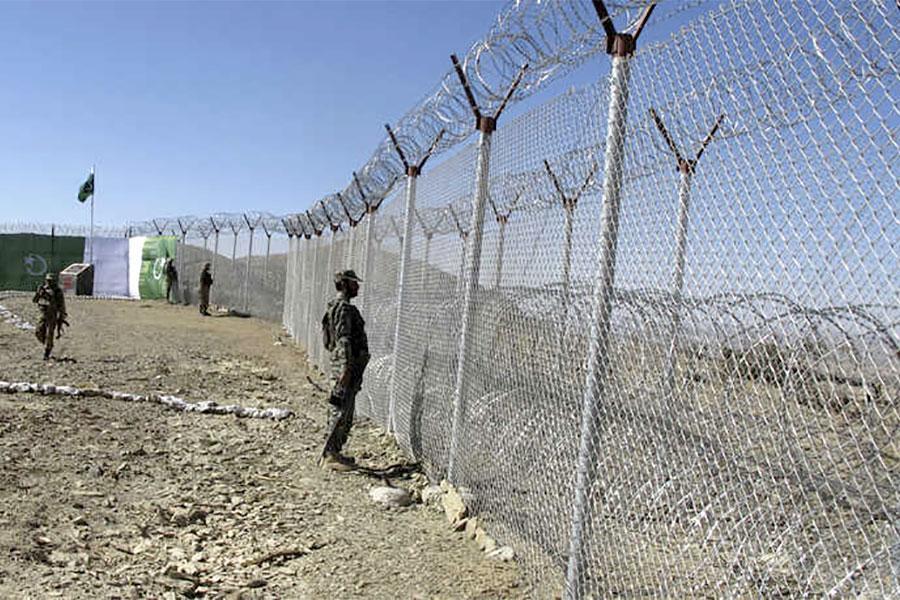Забор и колючая проволока на границе Пакистана