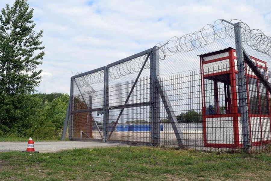 Колючая проволока и забор на границе Вернгрии