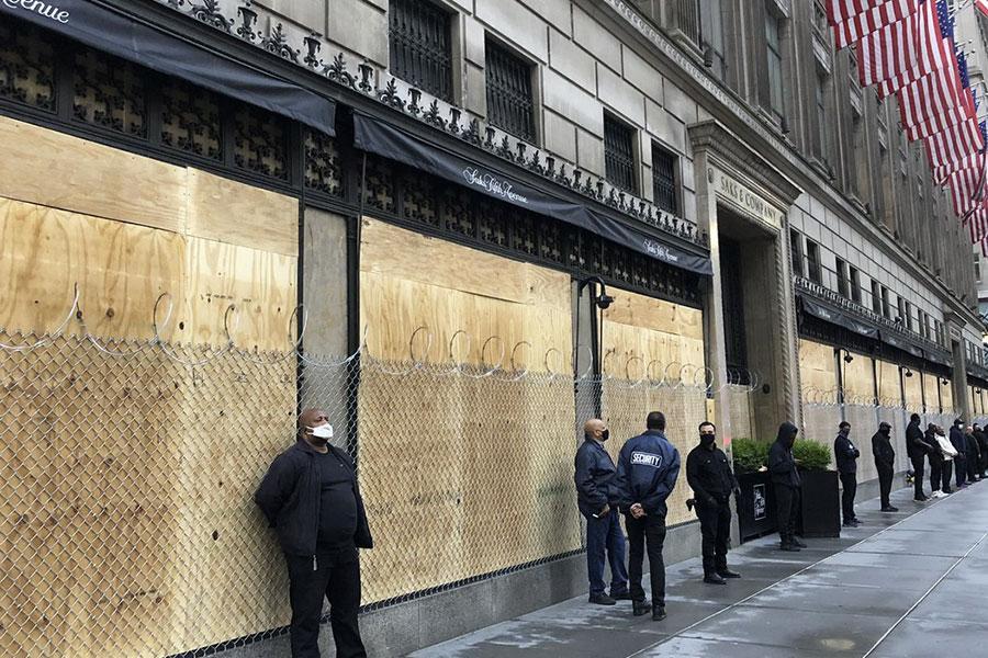 Колючая проволока вокруг Saks Fifth Avenue