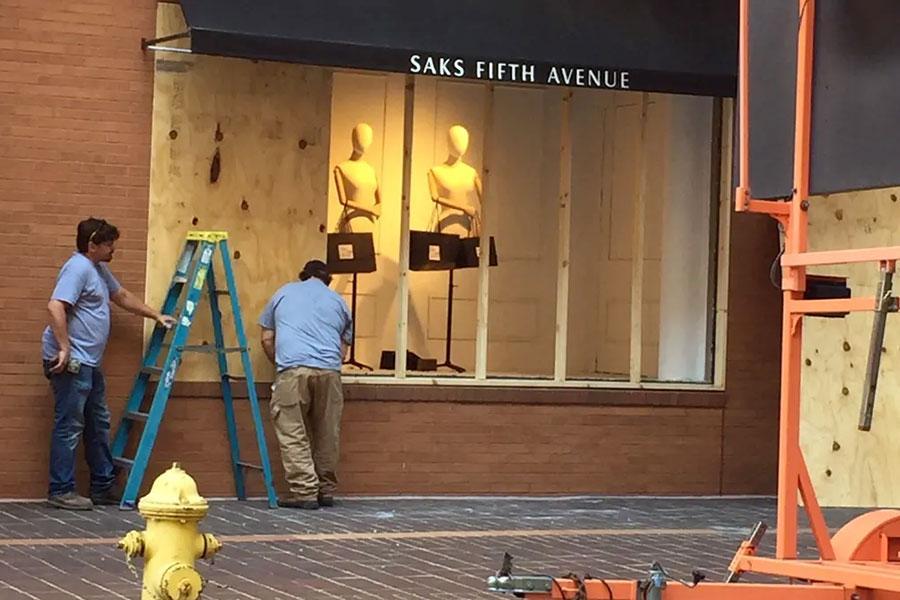 Разбитые витрины Saks закрывают листами фанеры