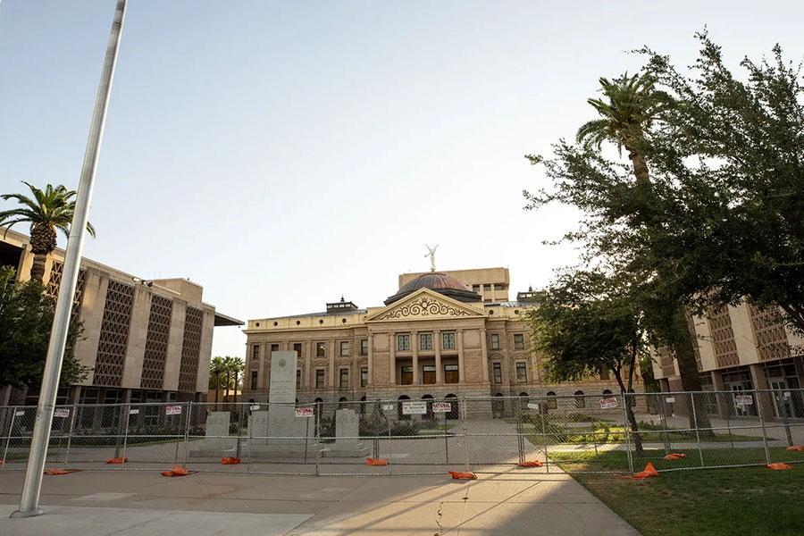 Забор с колючей проволокой защищает Капитолий в Аризоне