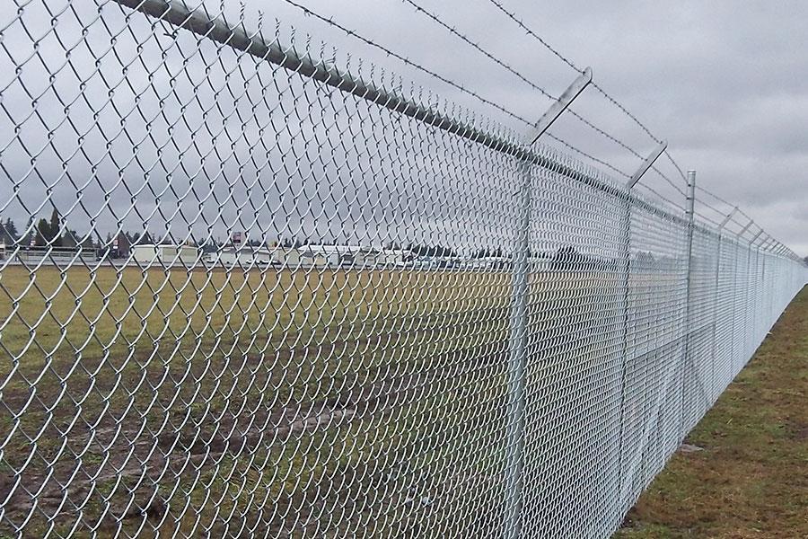 Запланований паркан з колючим дротом навколо аеропорту