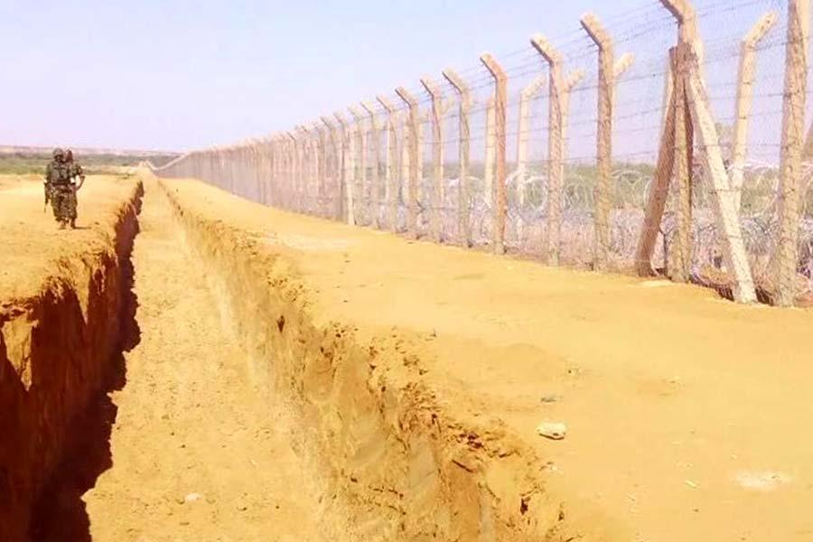 Прикордонна стіна з колючим дротом