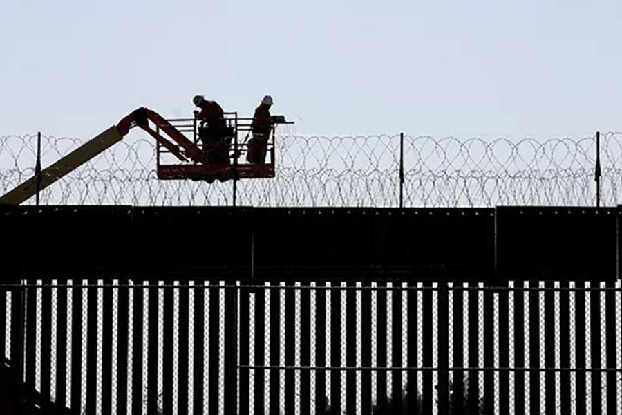 Колючая проволока устанавливается на границе США с Мексикой