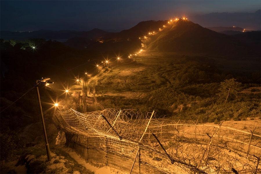 Проволока колючая и забор между Кореями